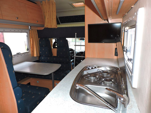 nat-loisirs-campingcar-6-places-interieur